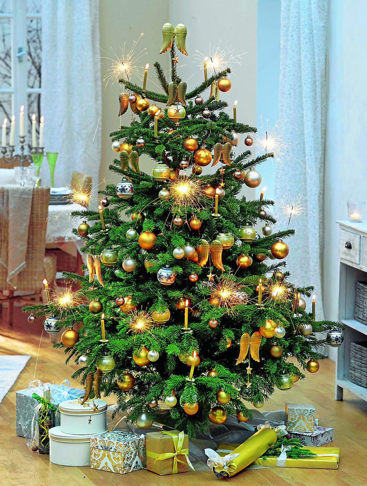 Decora el árbol de Navidad en tonos dorados. Árbol de Navidad en el ...
