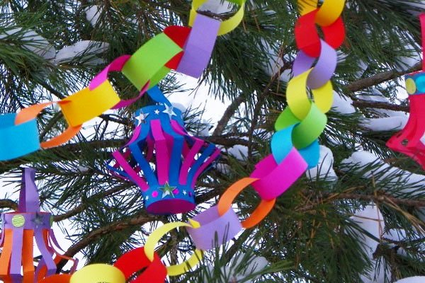 Dekorieren Sie den Weihnachtsbaum in Goldtönen. Weihnachtsbaum im ...